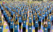 Hàng nghìn người cùng tập Yoga tại Hà Nội