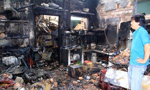 Người cha thả con gái một tuổi từ mái nhà thoát khỏi đám cháy