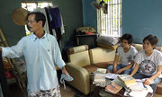 Người cha 51 tuổi cùng hai con thi đại học ở Sài Gòn