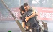 Anh hùng cảnh sát Thổ Nhĩ Kỳ cứu lính đảo chính đầu hàng