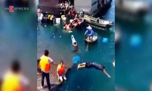 Náo loạn cứu hàng trăm du khách rơi xuống biển vì nhà hàng sập