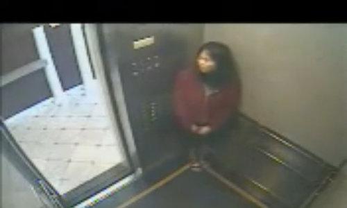 Hành động lạ của cô gái gốc Hoa bị nghi ma ám trong thang máy