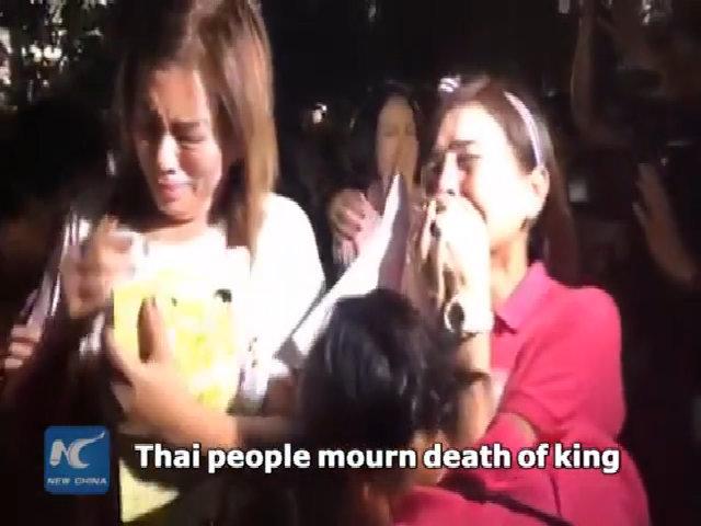 Người dân Thái Lan òa khóc khi nhà vua qua đời