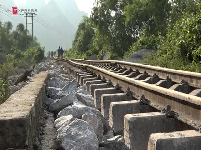 Hơn 1000 công nhân gồng mình ngày đêm 'cứu' đường sắt