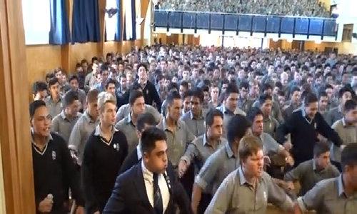 Điệu nhảy tiễn thầy về hưu của hàng trăm nam sinh New Zealand