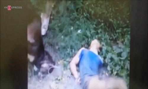 Rút dao mở đường thoát thân, kẻ trộm chó bị bắt, nhốt vào chuồng chó.