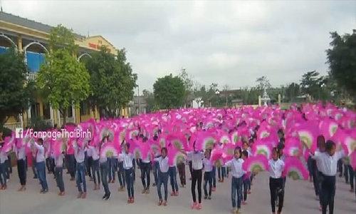Hàng trăm học sinh tiểu học Thái Bình đồng diễn múa hát chèo