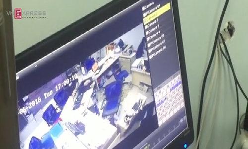 Người đàn ông cầm vật nghi là súng cướp ngân hàng ở Huế