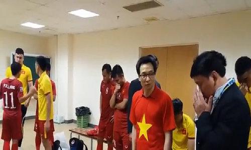 Phó Thủ tướng Vũ Đức Đam vào phòng thay đồ động viên tuyển Việt Nam