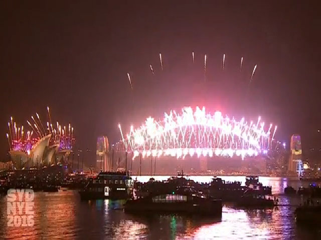 Pháo hoa rực sáng cầu cảng Sydney đêm giao thừa