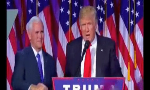 Donald Trump giật tay Mike Pence