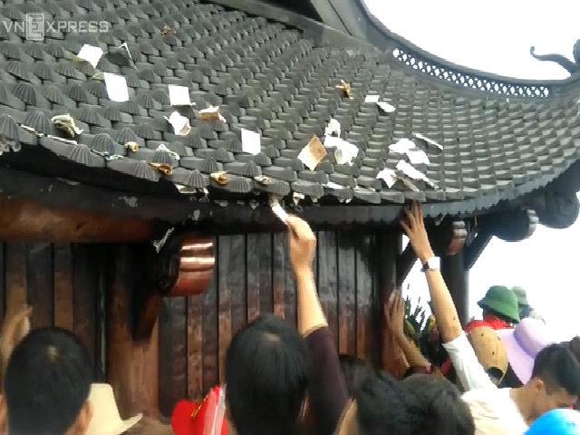 Tiền lẻ rải la liệt trên mái chùa Đồng Yên Tử