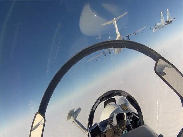 Tiêm kích Su-30 Nga tập luyện tiếp dầu trên không