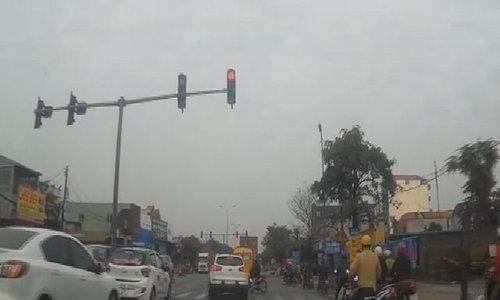 Ôtô vượt đèn đỏ còn chặn đầu xe máy