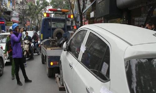 Hà Nội cẩu xe đỗ sai quy định, xử phạt người vứt rác