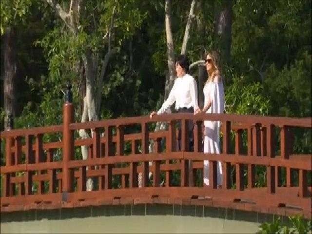 Bà Trump đưa đệ nhất phu nhân Nhật Bản đi thăm vườn