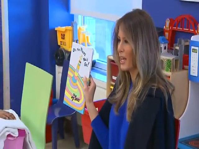 Melania Trump bất ngờ thăm bệnh viện, đọc sách cho trẻ em