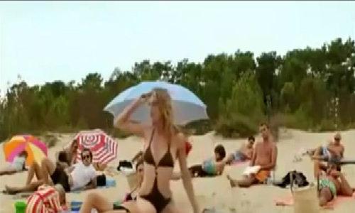 Người đẹp bikini chết lặng vì bị chơi khăm trên bãi biển