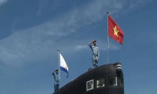 Thượng cờ trên tàu ngầm Kilo