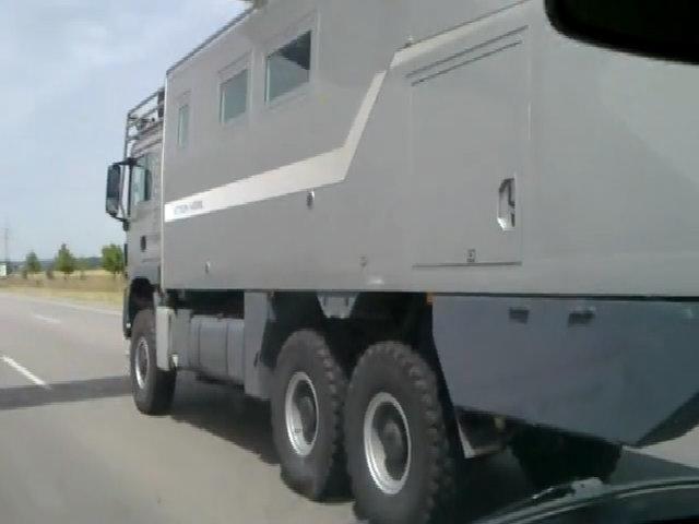 Xe tải bọc giáp gần triệu đô dành cho ngày tận thế