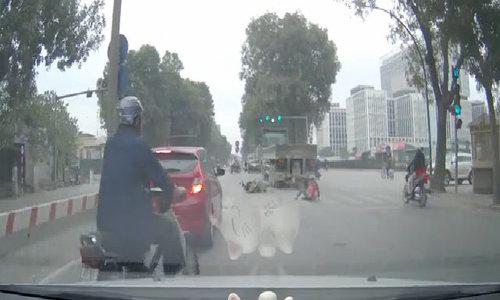 Cô gái bò dậy sau khi bị cuốn vào dưới 22 bánh xe container