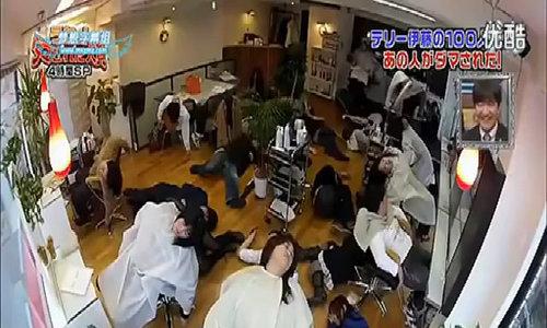 Bị chơi khăm trong tiệm cắt tóc