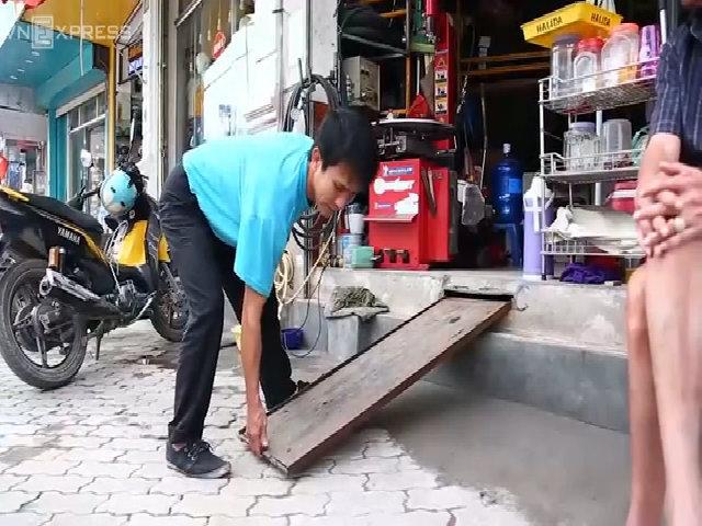 Người dân làm bậc tam cấp trong lòng nền nhà ở Hà Nội