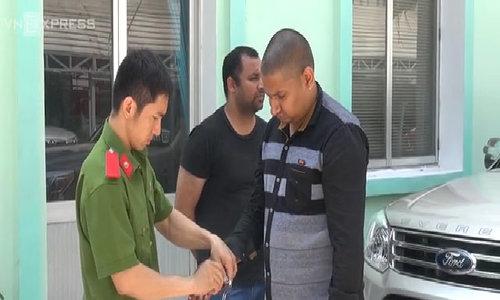 Bộ đôi người nước ngoài dùng roi điện cướp xe ôm ở Sài Gòn