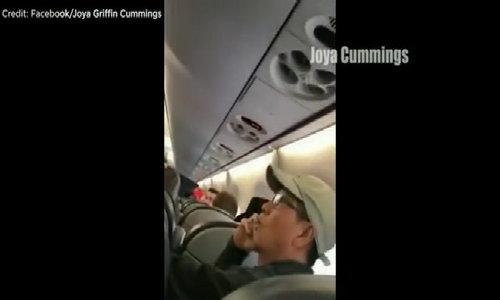 Cảnh bác sĩ gốc Việt tranh cãi trước khi bị kéo lê khỏi máy bay