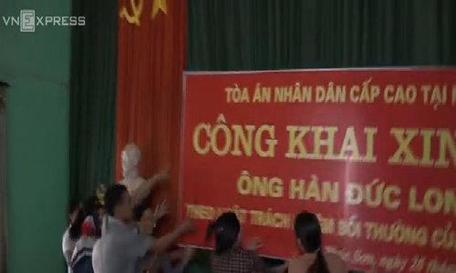 Người nhà nạn nhân giật biển, ném dép ngăn tòa án công khai xin lôi ông Hàn Đức Long
