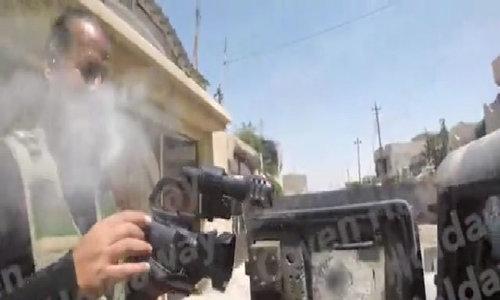 Máy quay cứu mạng phóng viên khỏi bắn tỉa IS trong gang tấc