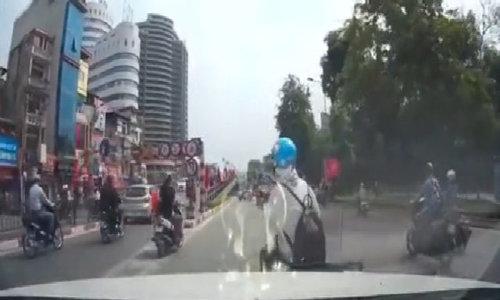 Nữ 'ninja' chạy xe máy tạt đầu bị ôtô tông ngã