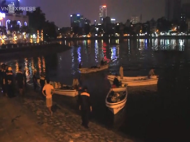 Xuyên đêm vớt cá hồ Hoàng Cầu