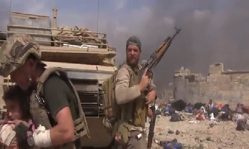 Cựu đặc nhiệm Mỹ lao vào làn đạn IS giải cứu bé gái Iraq
