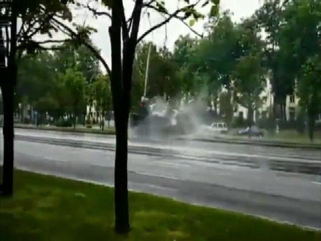 Ham biểu diễn, xe tăng Belarus húc thẳng vào cột đèn đường