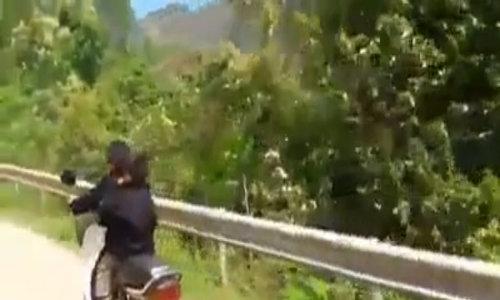 Hai đứa bé chạy xe máy, phóng như bay trên đèo
