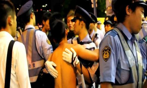 Cảnh sát Nhật giải tán vụ ẩu đả băng nhóm bằng những cái ôm