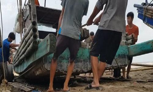 Ngư dân Thanh Hoá gồng mình đưa tàu bè vào bờ tránh bão