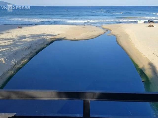 Bãi biển đẹp nhất hành tinh bị cống xả thải đầu độc
