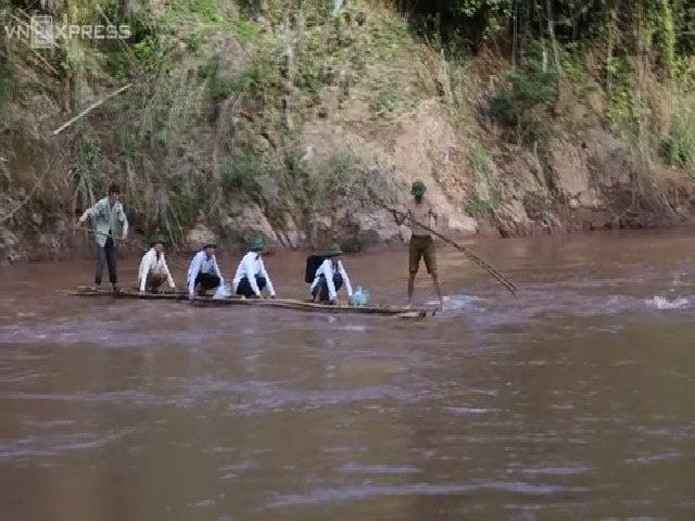 Thầy trò chèo bè vượt suối về trường dự khai giảng