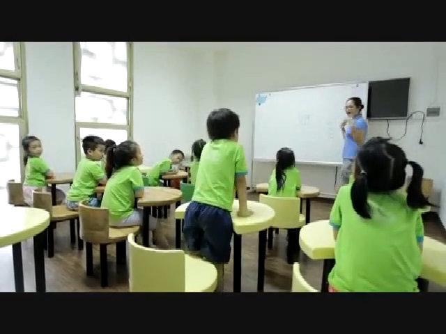 Trẻ làm quen với lớp học khi vào lớp 1