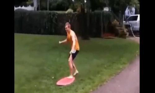 Người đàn ông ngã sấp mặt vì trượt ván
