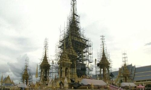 Công nhân Thái Lan gấp rút hoàn thiện đài hóa thân hoàng gia