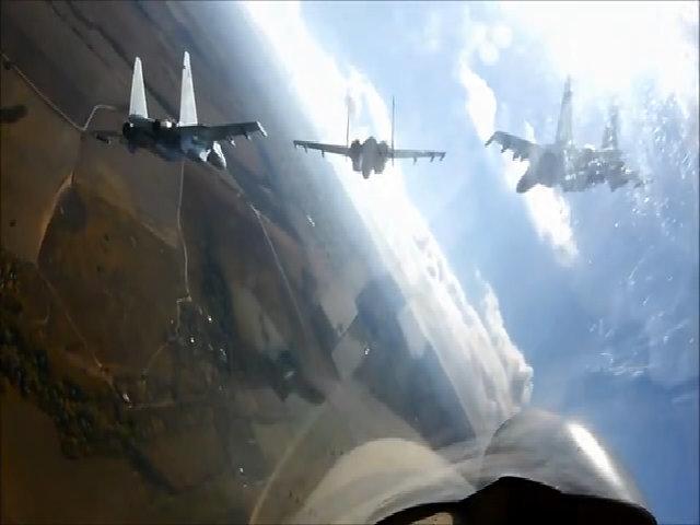 Phi đội tiêm kích Nga biểu diễn bay chỉ cách nhau vài mét