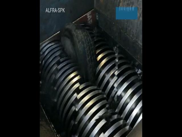 Quy trình tái chế lốp xe thành vụn cao su trải sân bóng