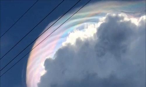 Đám mây 'đội' quầng sáng ngũ sắc giống kỳ lân ở Philippines