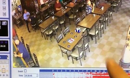 Ghế tự lắc lư trong nhà hàng ở California