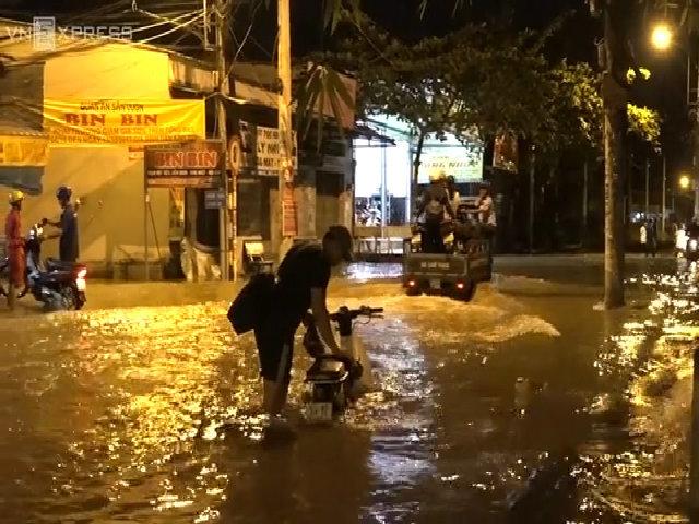 Đường Sài Gòn ngập lút yên xe ngày triều cường đạt đỉnh