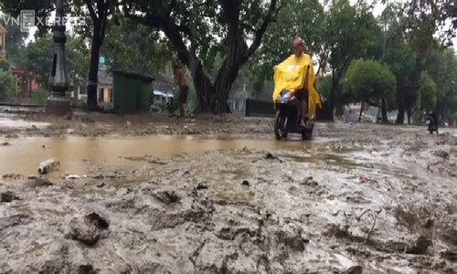 Bùn non đóng dày 30cm trên đường phố ở Huế sau lũ