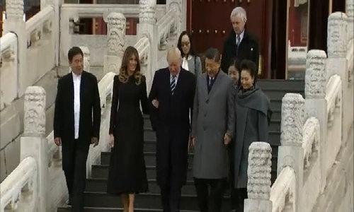 Vợ chồng Trump dắt tay nhau dạo Tử Cấm Thành